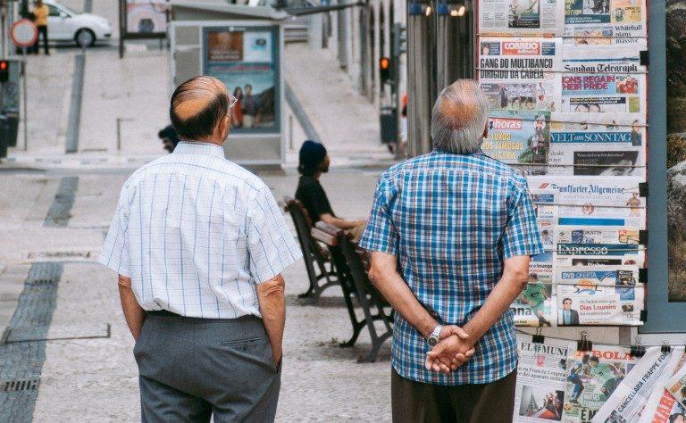 хора-гледат-вестници